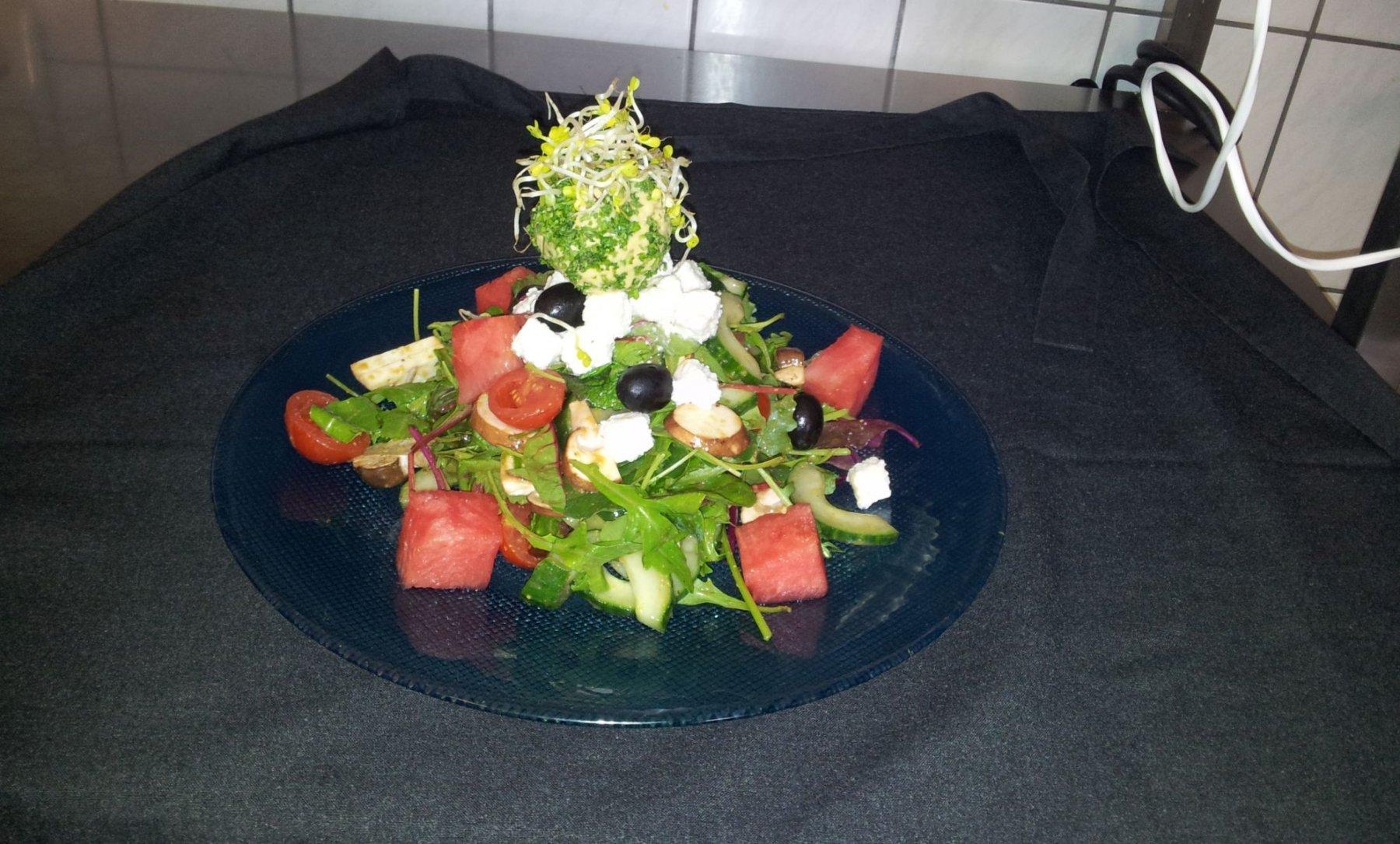 Sommersalat-mit-Melone-Oliven-mariniertem-Scahfskäse-und-Ananas-Petersilien-Eis-mit-Radieschensprossen